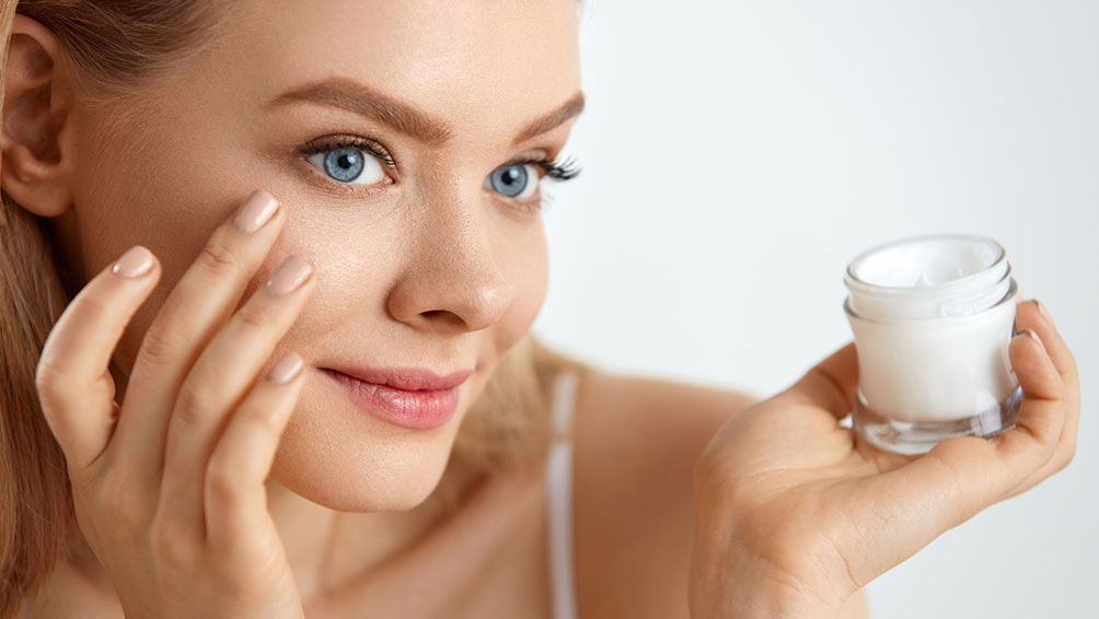 肌を乾燥から守るために、保湿に重点を置く