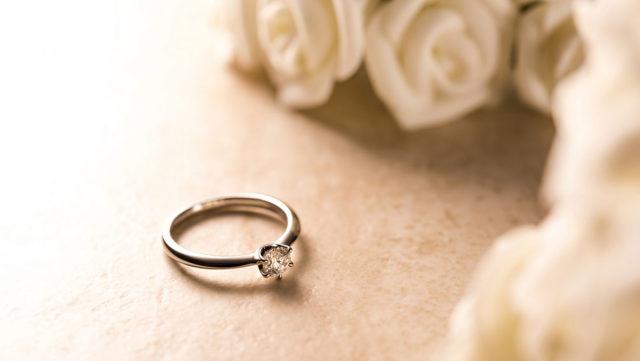 婚約指輪にお返しが必要って本当!?相場や人気の品は?