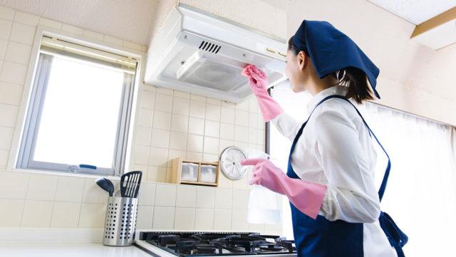 キッチンの換気扇の掃除に重曹は効果的?正しい掃除方法と汚れ落としのコツ