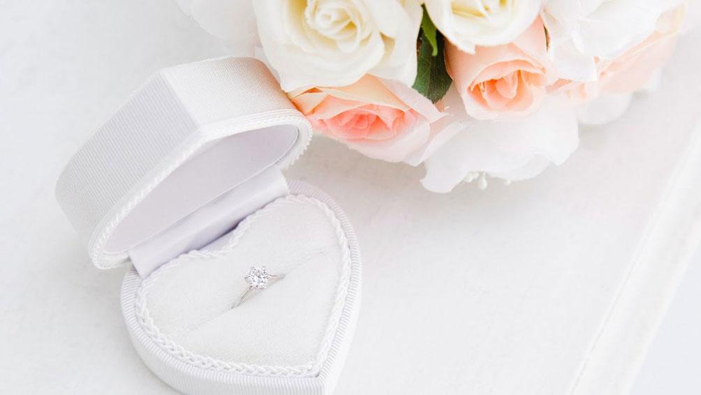 婚約指輪は必要?婚約指輪の値段の相場は?