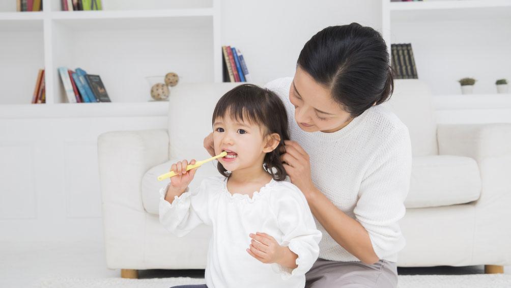 """>生え変わりの時期に家庭で気をつけることは?""""></p> <p>乳歯が抜ける時には時にトラブルもあり、「グラグラしているけどなかなか抜けない」「抜けたけど歯がまだ生えてこない」などと歯医者に来られる方もいます。</p> <p>生え変わり時期に家庭で気をつけるポイントを紹介します。</p> <h3>歯が生え変わる時期の歯磨きは特に注意!</h3> <p>最初に伝えましたが、<span class="""