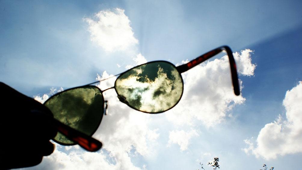 サングラスを購入する時は「紫外線透過率」をチェック!