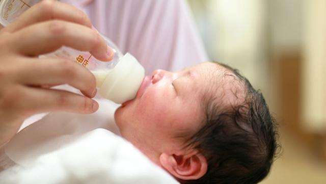 新生児のミルクの吐き戻しは異常なの?起こる原因と対処法・予防法解説