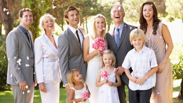 結婚式は家族だけで行いたい!友人・職場への報告はどうするのが良い?